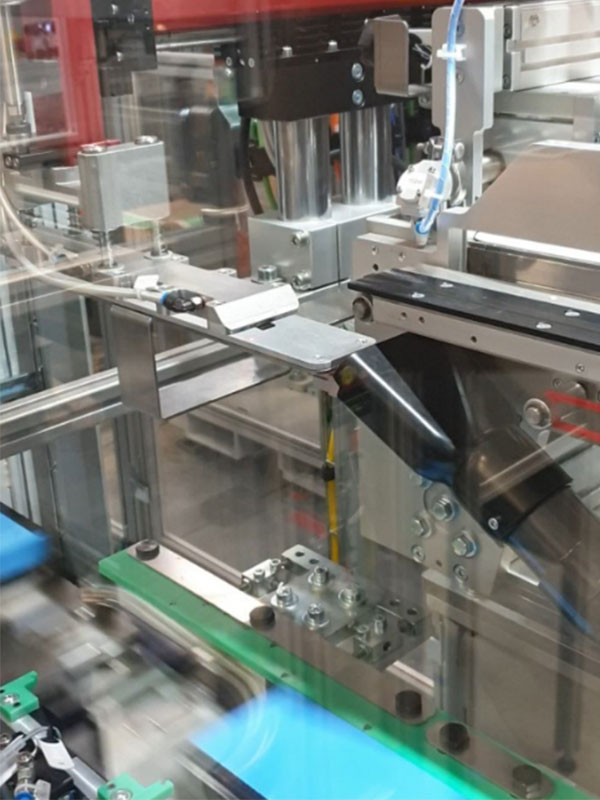 topex labelling unit for spacers integrated into an assembly line