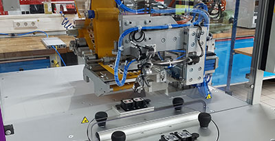 Application of double-sided adhesive labels with finger lift